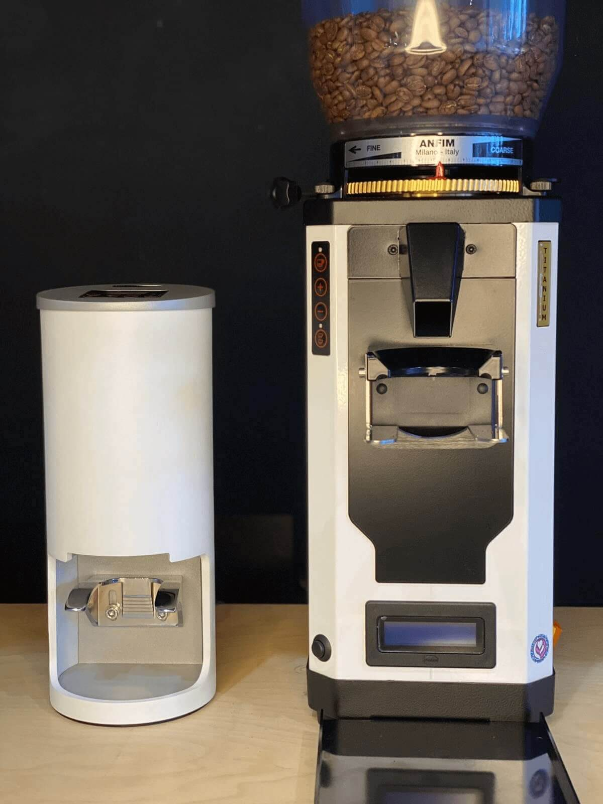coffee grinder with automatic tamper